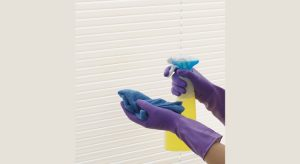 Nettoyer des stores à lamelles avec de l'eau savonneuse