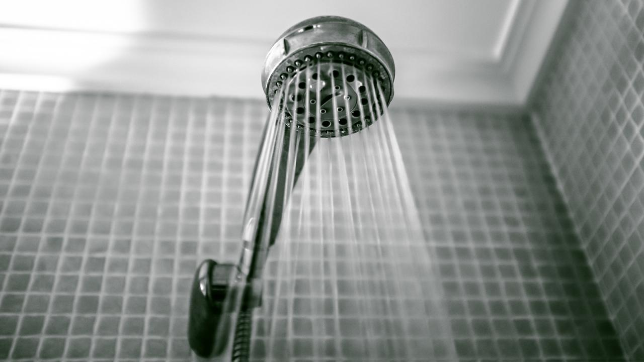 6 façons infaillibles de débloquer votre canalisation de douche, rapidement