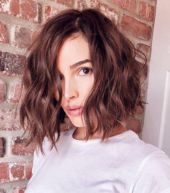 cheveux courtes ondulées