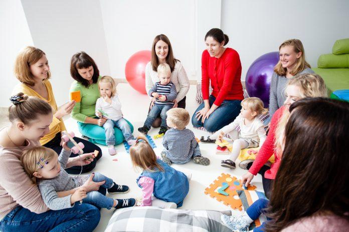 Crèche : organiser et mener une réunion avec les parents